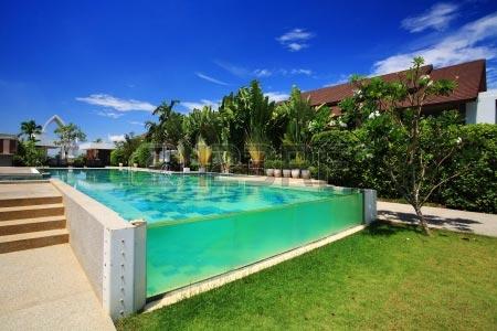 Resort de luxe piscine sur fond de ciel bleu
