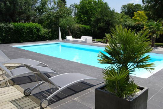piscine de jardin intégrée au paysage
