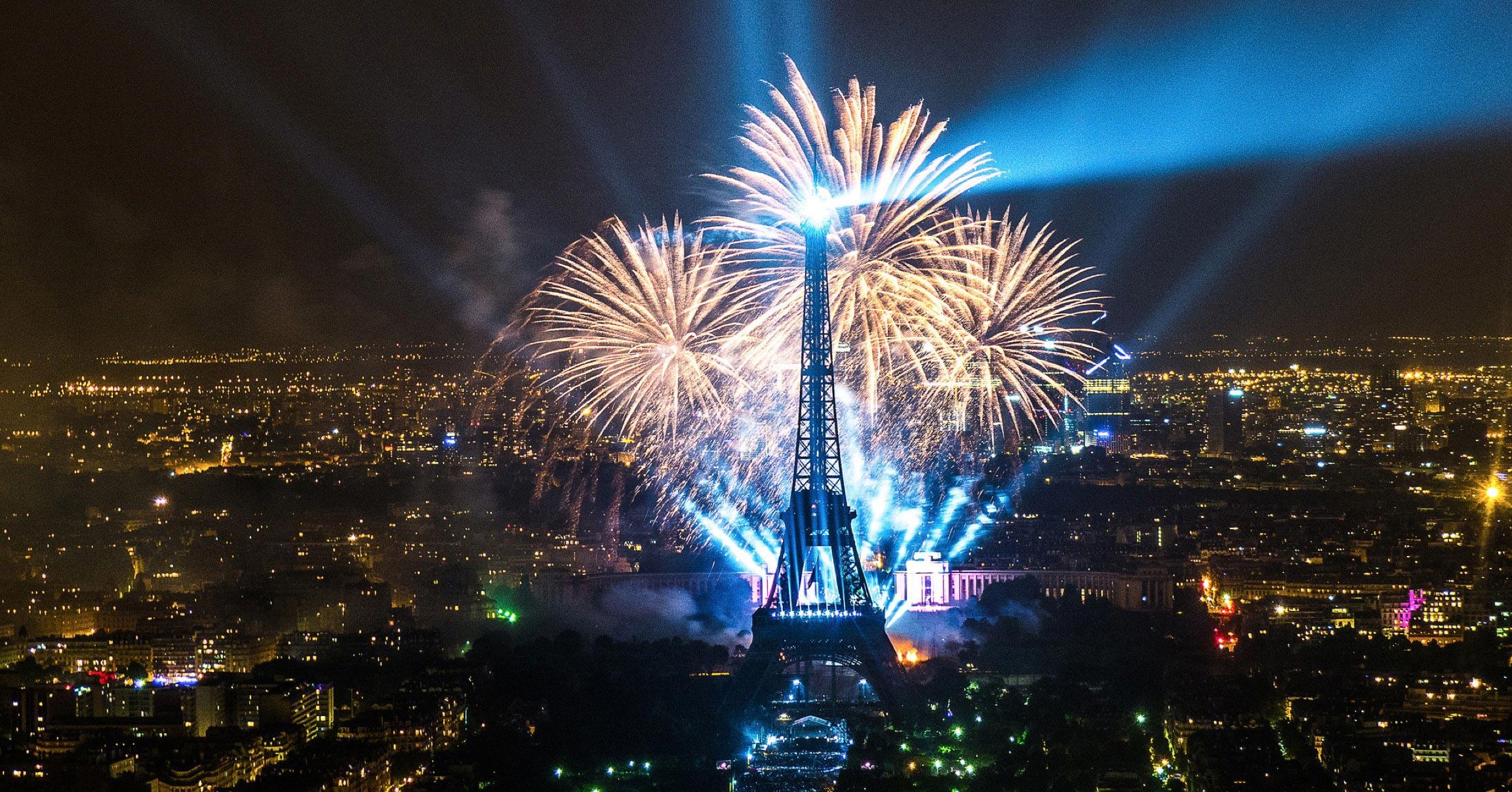 Photo du feu d'artifice sur la tour Eiffel à Paris
