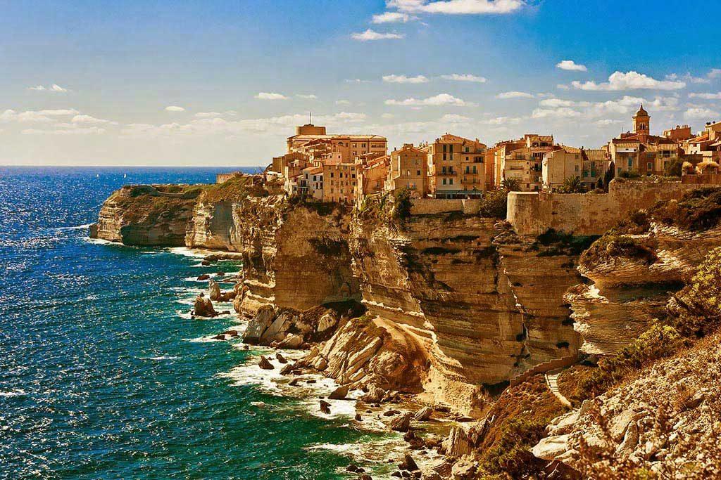 Photo d'un Village Corse près de la mer