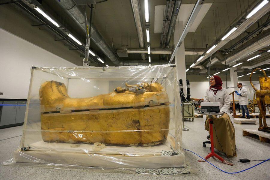 Momie de Toutankhamon et son sarcophage
