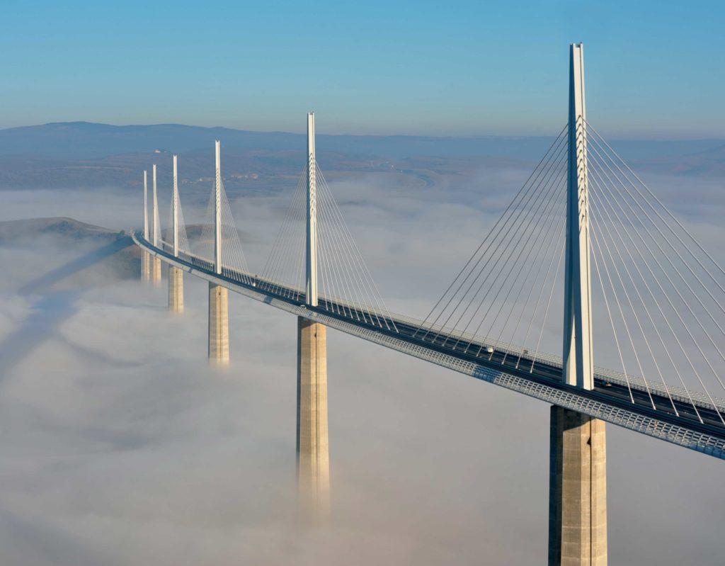 Viaduc de Millau dans la brume