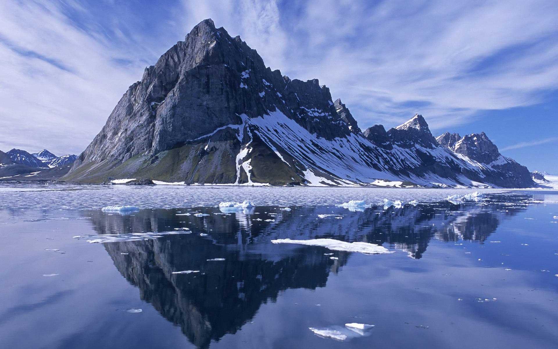 Reflet d'une montagne